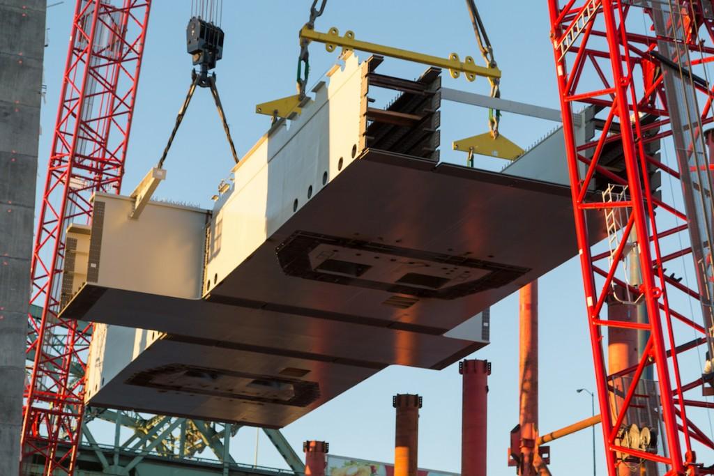 Installation de l'entretoise inférieure du pylône principal